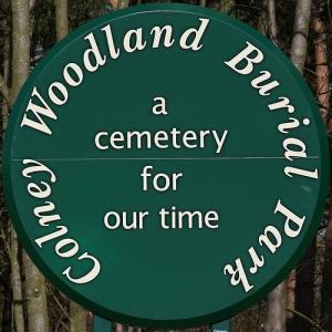 Znak Woodland Burial Parku.