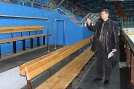 Sergej Kozlov z vedení KHL při prohlídce střídaček haly v Hradci.