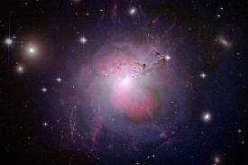 Galaxie NGC 1275 - centrální černá díra září více  než zbytek hvězd.