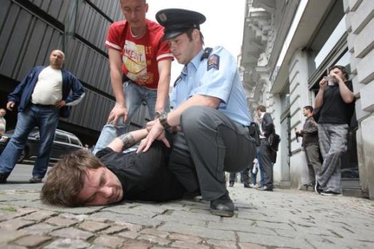 Policisté právě zatýkají Romana Týce ze skupiny Ztohoven.