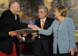 Čtyřiasedmdesátiletý dánský kreslíř Kurt Westergaard nedávno přijal ocenění z rukou Angely Merkelové.