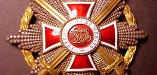 Velkokříž Lepoldova řádu s brilianty. Ten dostali 9. ledna 1911 někteří exministři padlé vlády premiéra Bienertha.