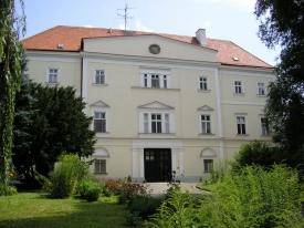 Zámek v Plavči u Znojma, odtud vzorně řídil svůj velkostatek nový ministr orby Vojtěch Widmann.