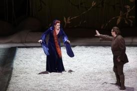 Kundra (Eva Urbanová) s Parsifalem (Alfons Eberz) na zenovém pískovišti.