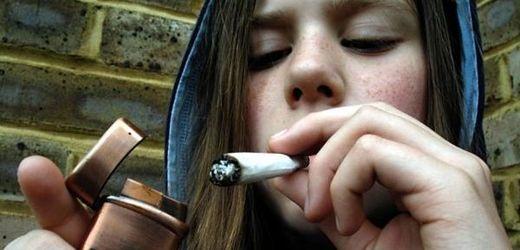 Čím dříve mladí lidé začnou experimentovat s drogami, tím větší závislost jim hrozí.