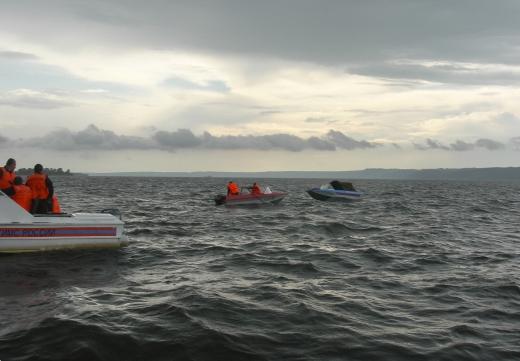 Oblast po nehodě prozkoumávali potápěči.