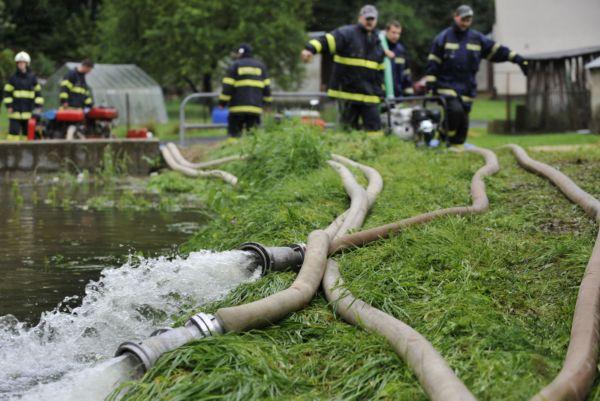 Hasiči odčerpávali vodu, co to šlo.