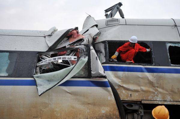 První vlak po úderu blesku do vedení ztratil rychlost, druhý do něj zezadu narazil.