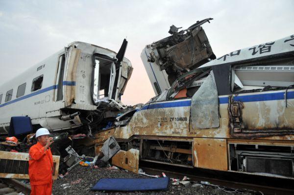 Dva vozy prvního vlaku spadly z mostu, čtyři vozu druhého vykolejiy.