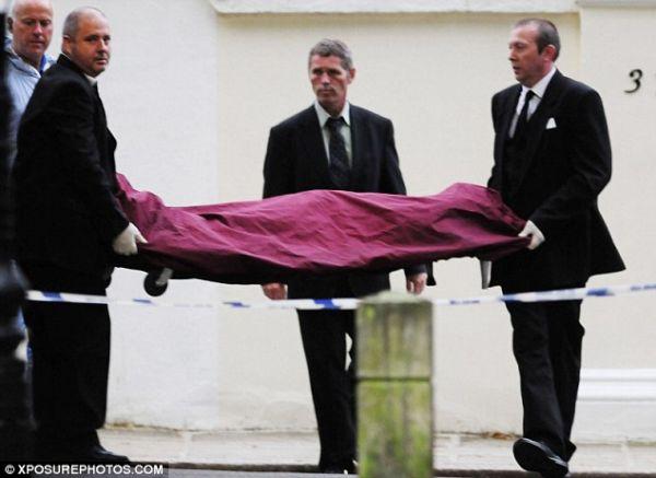Tělo Amy Winehouseové vynášené z jejího domu na Camdenském náměstí.