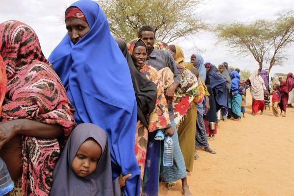 Lidé čekají na potravinovou pomoc v táboře u města Dolo.
