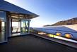 Dům stojí na 55akrovém pozemku v kopcích kalifornského Malibu a nabízí kromě netradičního bydlení panoramatický výhled na blízké pohoří, údolí a moře.