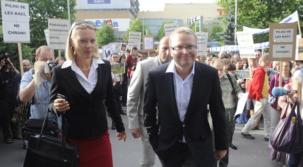 Mezi aktivisty přišel ministr životního prostředí Tomáš Chalupa (vpravo).