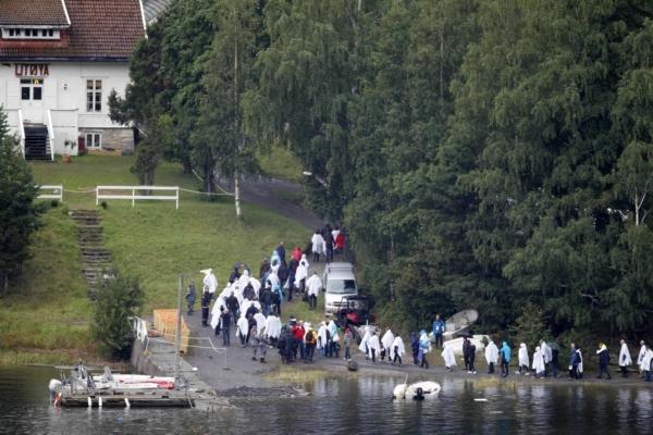 Měsíc po masakru vzdává Norsko poctu 77 obětem teroristy.