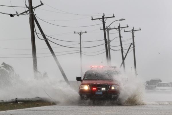 Některé silnice byli zaplaveny mořskou vodou.