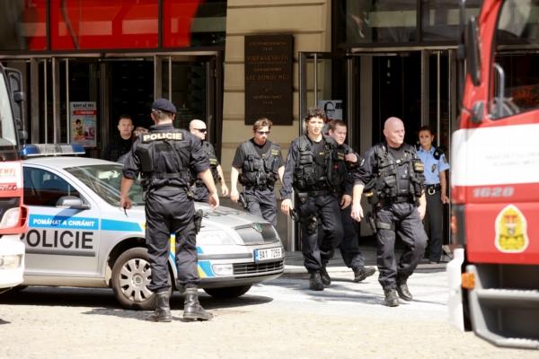 Policie objekt evakuovala.