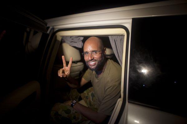 Sajf Islám Kaddáfí není v rukou rebelů ani haagského tribunálu, sám se ukázal novinářům.