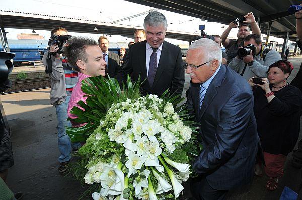 Prezidenta Klause vítal v Ostravě hejtman Palas kyticí, která vážila 14,5 kg.