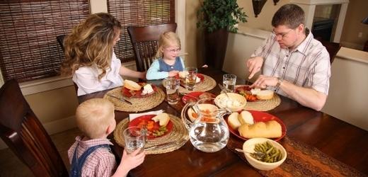 Čas strávený s rodinou nejen u jídla má na děti a teenagery pozitivní dopad.
