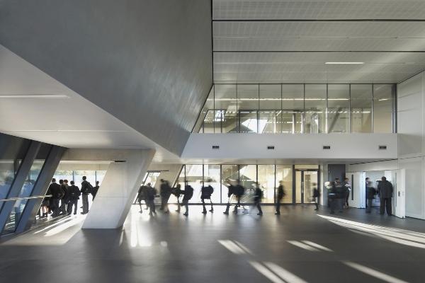 """""""Vysoce stylizovaná klikatice ze skla a oceli"""", jak budovu nazvala porota."""