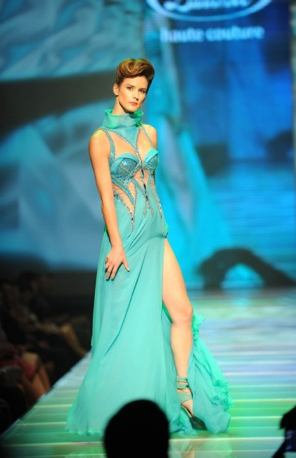 cb5a8651377c Přehlídka Blanky Matragi. Exkluzivní šaty i padající modelky