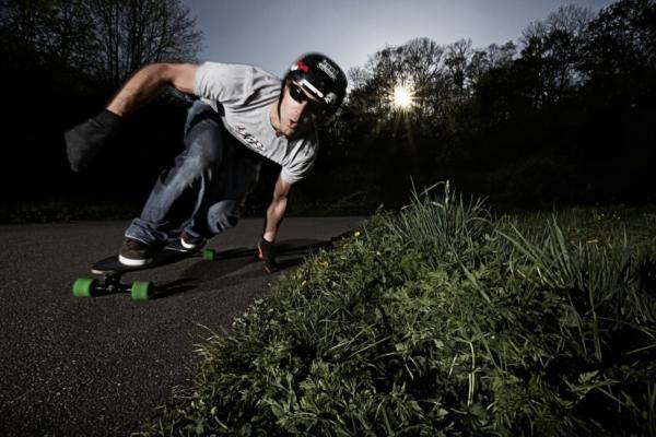 Při downhillovém ježdění jsou zapotřebí jak chrániče, tak speciální rukavice.