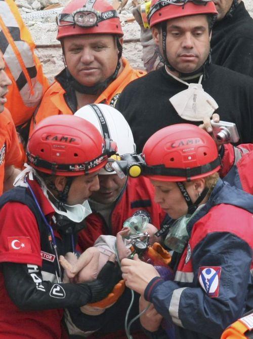 V troskách našli záchranáři živé novorozeně.