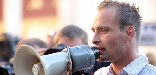 Lukáš Kohout při protiromské demonstraci ve Varnsdorfu.