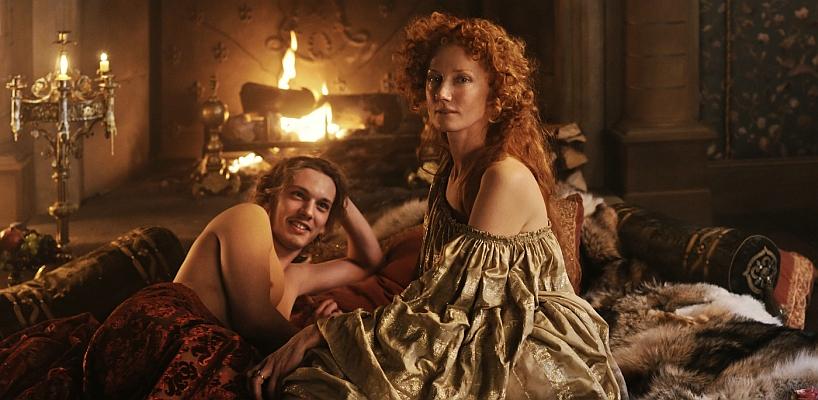 Jamie Campbell Bower a Joely Richardsonová v hlavních rolích Anonyma.