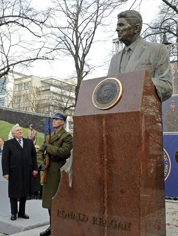 """""""Pokloňme se před Ronaldem Reaganem za to, že naše generace mohla skoncovat s velkým rozdělením světa,"""" vyzval bývalý polský prezident."""