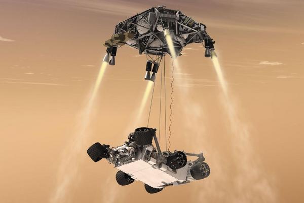 Robot se na povrch spustí na lanech z modulu vybaveného raketovým pohonem.