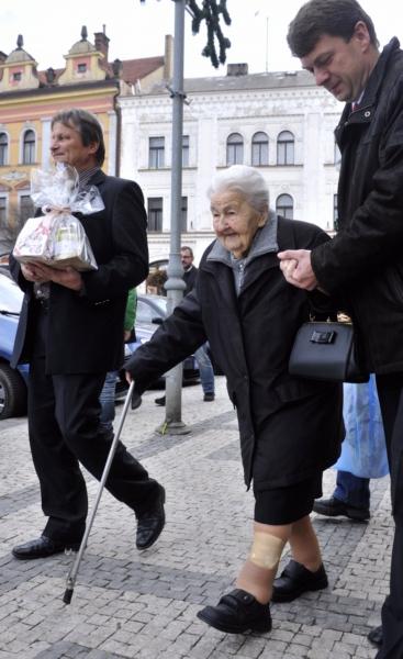 Paní Fišerová přišla na oslavu svých 107. narozenin pěšky.