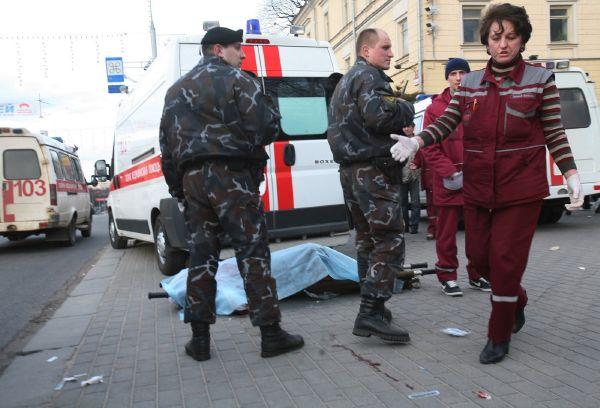 Mrtví a ranění na ulici po útoku na metro v Minsku.
