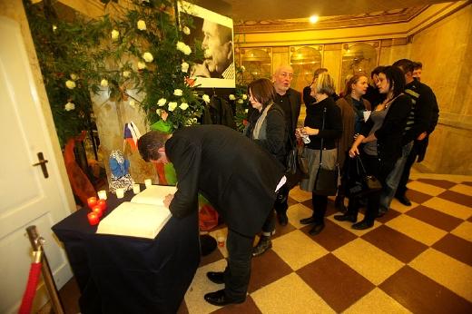 Fronta v Lucerně byla před kondolenčními knihami.