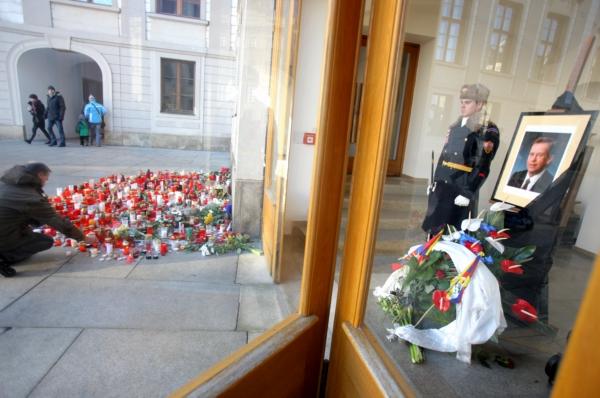 Lidé se loučí s Václavem Havlem na Pražském hradě.