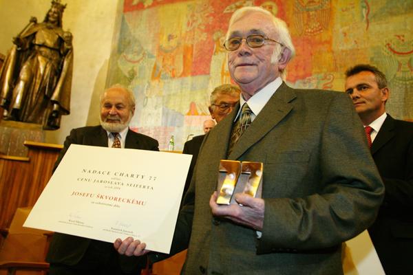 Spisovatel Josef Škvorecký 11. října 2004 v pražském Karolinu při slavnostním přebírání Ceny Jaroslava Seiferta.
