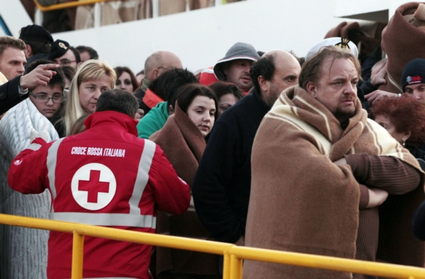 Cestujícím z havarované lodi pomáhal Červený kříž.