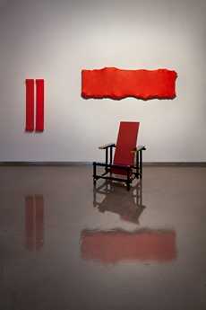 Gerrit Rietveld, The Red and Blue Chair, 1917 a Petr Dub, cyklus Transformers, 2010.