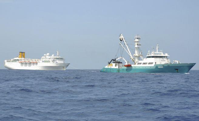 Francouzská rybářská loď Trévignon a seychelské remorkéry se snaží loď odtáhnout na největší seychelský ostrov Mahé.