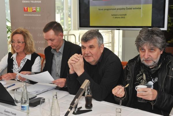 Šéf projektu Sbohem, Československo Čestmír Franěk (druhý zprava) a režisér Břetislav Rychlík (vpravo).