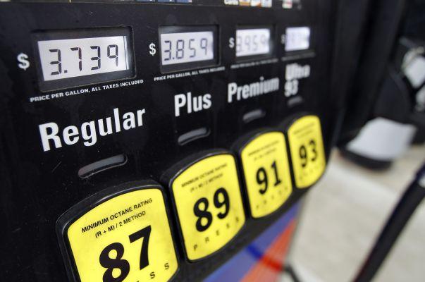 Obama ztrácí náskok v důsledku rostoucích cen pohonných hmot.