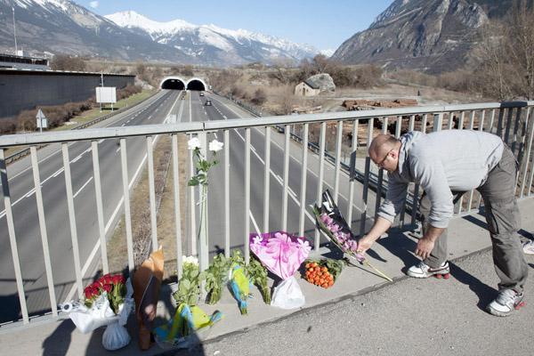 Lidé pokládají u místa tragédie květiny.