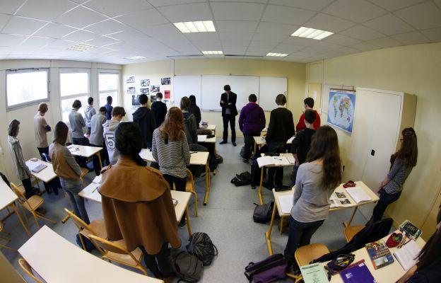Za oběti útoku v úterý francouzské školy držely minutu ticha.
