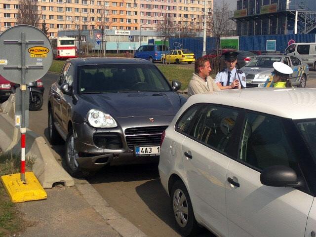 Roman Janoušek havaroval v pátek se svým Porsche Cayenne.