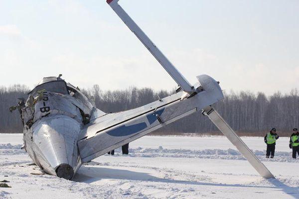 Úřady prověřují dvě hlavní vyšetřovací verze, kterými jsou porucha motorů a chyba pilotáže.