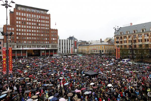 Tisíce lidí zpívaly v centru Osla na protest proti Breivikovi.