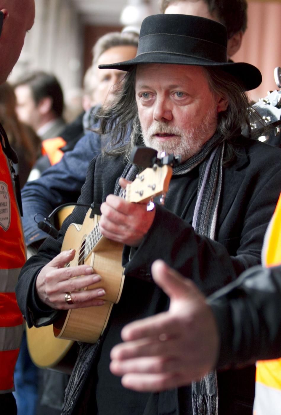 Krátce po 12. hodině zazněly na náměstí Youngstorget tóny písně známého norského písničkáře Lillebjörna Nilsena Děti duhy.