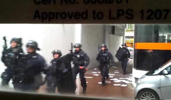 Ozbrojenci obkličují budovu.