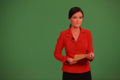 Aneta Savarová v roli moderátorky.