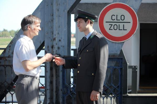 Poslední klapka filmu padla ve Veltrusech, kde se na starém železničním mostě simuloval hraniční přechod Komárno.